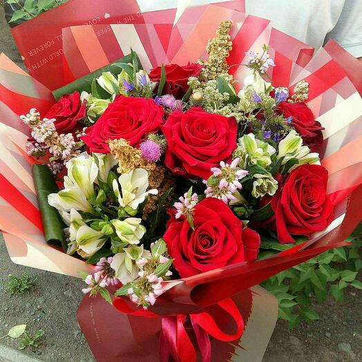 Букет роза и альстромерия