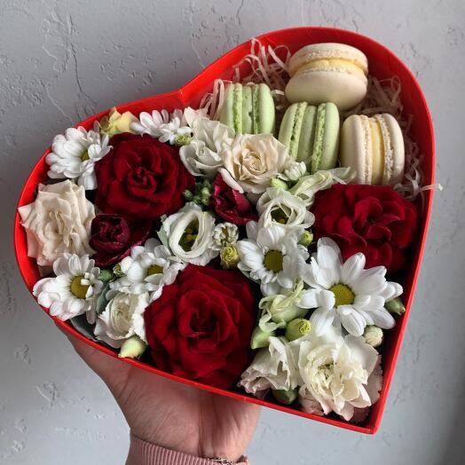Коробка сердце с пирожным макарон