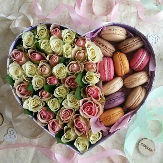 Большая цветочная коробочка с макаронс в форме сердца: букеты цветов на заказ Flowwow