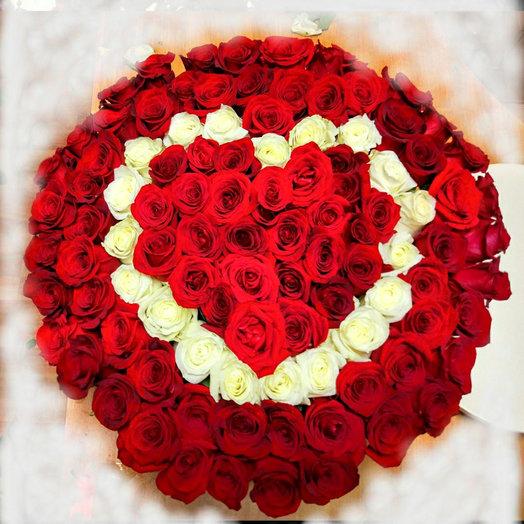 101 эквадорская роза с рисунком в виде сердца в шляпной коробке: букеты цветов на заказ Flowwow