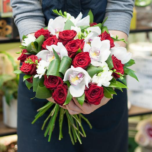 """Букет из красных роз и белых орхидей  """"Tet-A-Tet"""""""