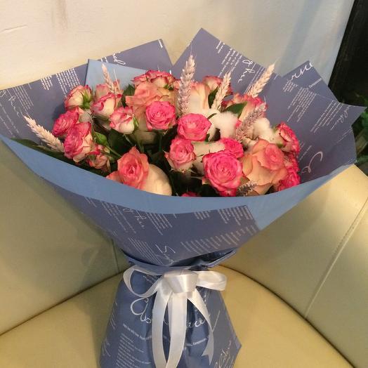 Букет с кустовой розой и колосками