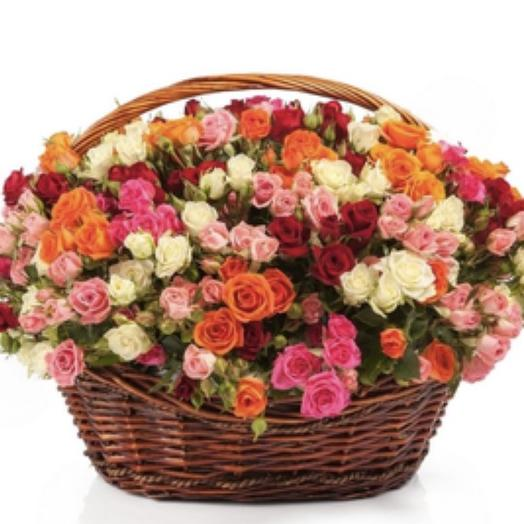 Корзина из 101 кустовой розы: букеты цветов на заказ Flowwow