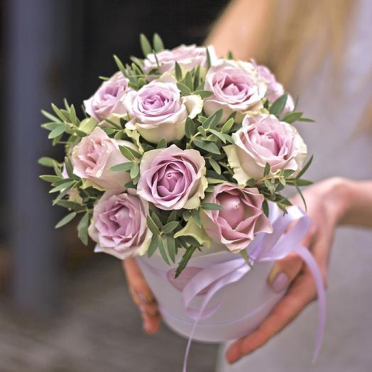 Комплимент в коробке: сиреневые розы: букеты цветов на заказ Flowwow