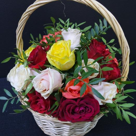 Корзина с розами и фисташкой: букеты цветов на заказ Flowwow