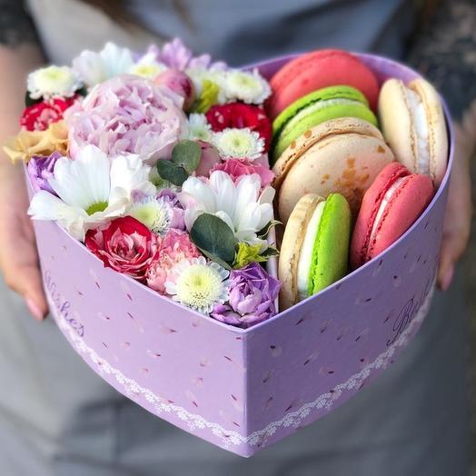 Коробочка с цветами и макаронс: букеты цветов на заказ Flowwow
