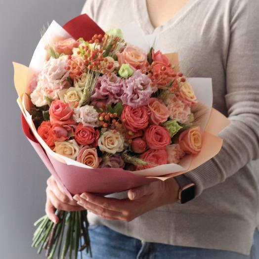 Букет в персиковой гамме с ягодами калины: букеты цветов на заказ Flowwow