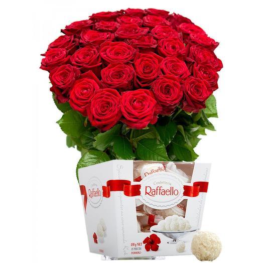 Букет из 25 красных роз и Раффаэлло: букеты цветов на заказ Flowwow