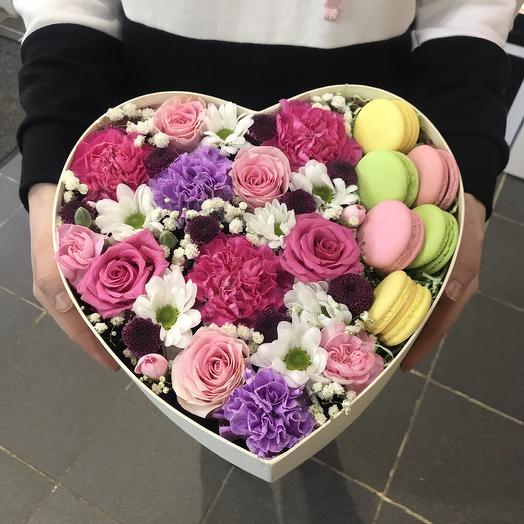 Сердце с цветами и макарунами большое