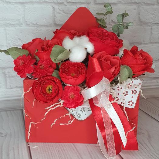 Подарочная композиция в красном деревянном конверте