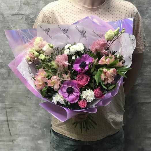 Яркий букет с анемонами, нарциссами и розами: букеты цветов на заказ Flowwow