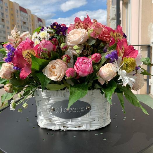 Композиция в плетёной корзине: букеты цветов на заказ Flowwow