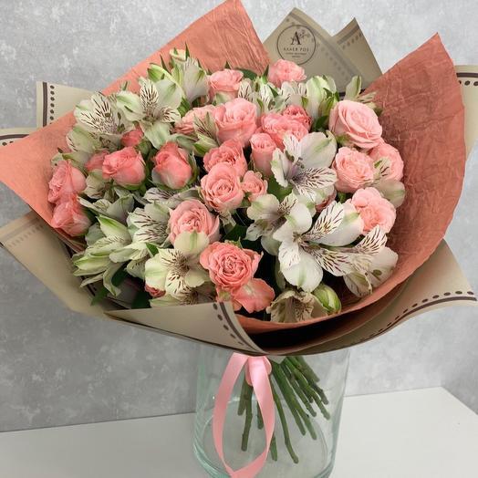 Букет из кустовой пионовидной розы и белой альстромерии