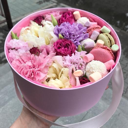 Шляпная коробка с цветами и сладостями