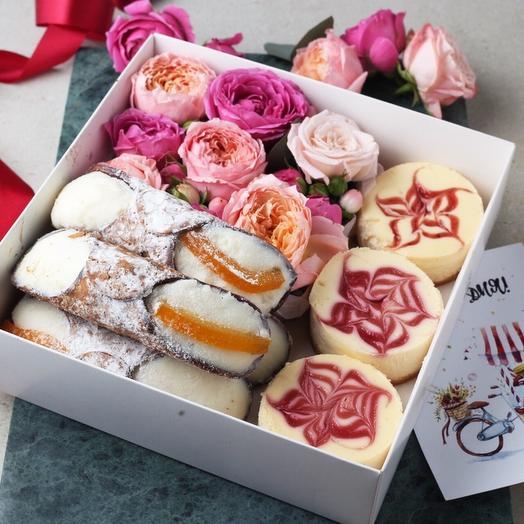 Подарочный набор 4 канноли, 3 чизкейка и живые цветы