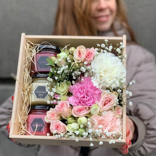 Деревянный ящик с мёдом и цветами 20 см