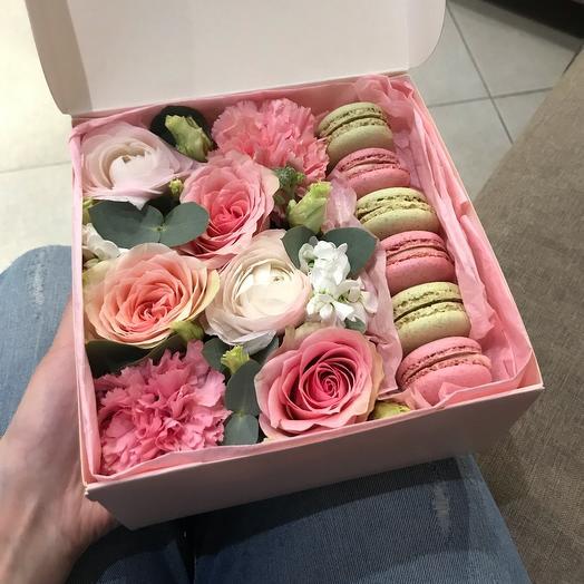Коробочка с макурунами и цветами