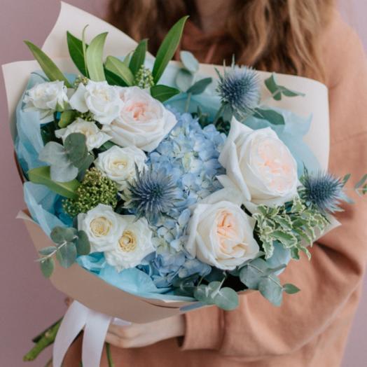 Пышный букет с гортензией и пионовидными розами