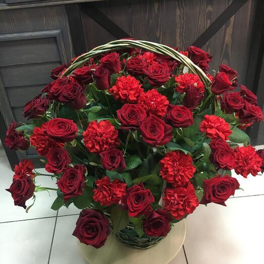 Корзина с красными розами и гвоздиками