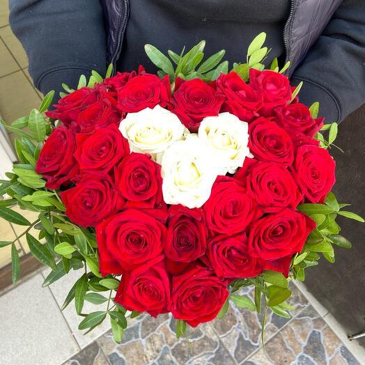 Цветы в коробке 25 красивых ароматных роз «Ты в моём сердце»