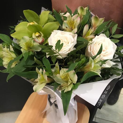 Зелёный букет из орхидей и роз