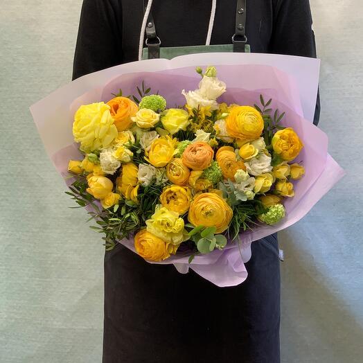 Яркий букет ранункулюсами,тюпанами и кустовой розой