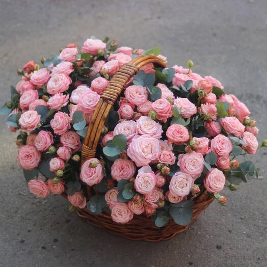 Корзина из пиновиднх роз