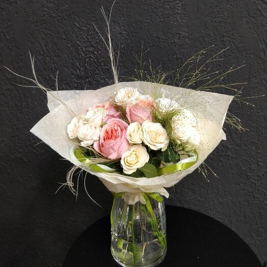 Букет из кустовых и пионовидных роз