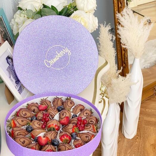 «Сиреневое наслаждение» из клубники в молочном шоколаде Callebaut