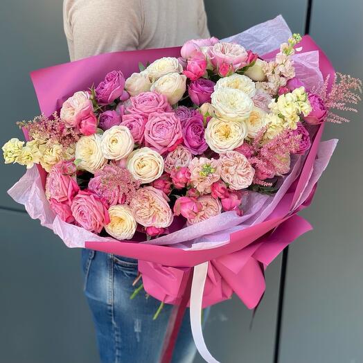 Букет Цветочный колорит из маттиолы, астильбы и кустовых пионовидных роз