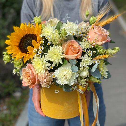 Цветы в коробке желтая