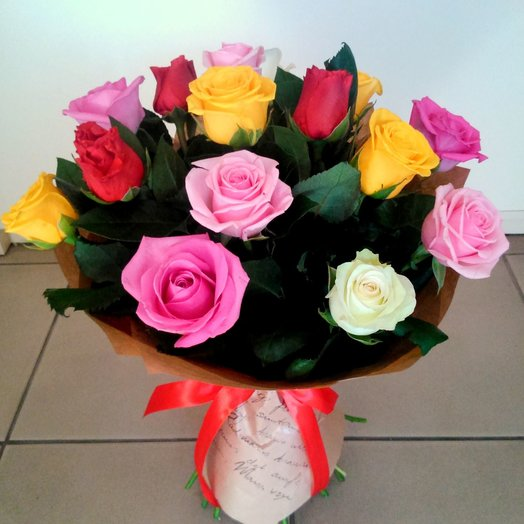 Букет разноцветных роз с зеленью 17шт: букеты цветов на заказ Flowwow