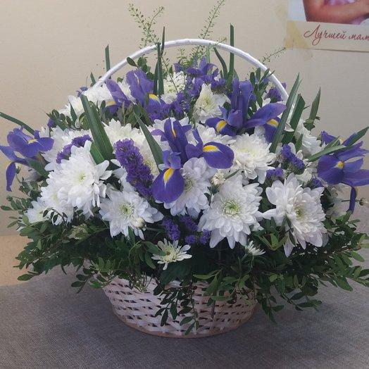 Корзина с ирисами и белой хризантемой