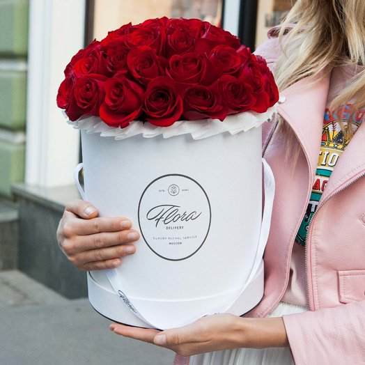 Красные розы в шляпной коробке Grand WHITE: букеты цветов на заказ Flowwow