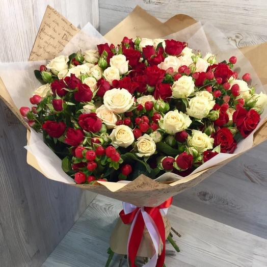 Кустовые розы с ягодами: букеты цветов на заказ Flowwow