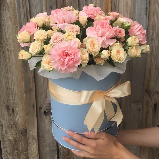 шляпная коробка с гвоздикой  и кустовой розы