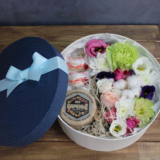Вкусная коробка с сладостями и цветами Raffaello