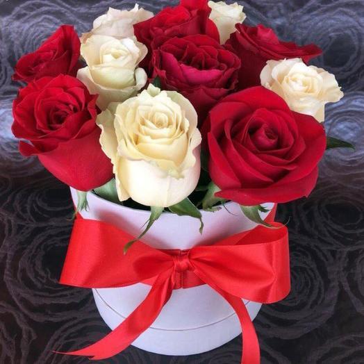 Красные и белые розы в коробке: букеты цветов на заказ Flowwow