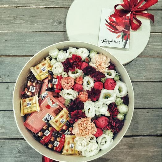 Шляпная коробочка с шоколадками и цветами