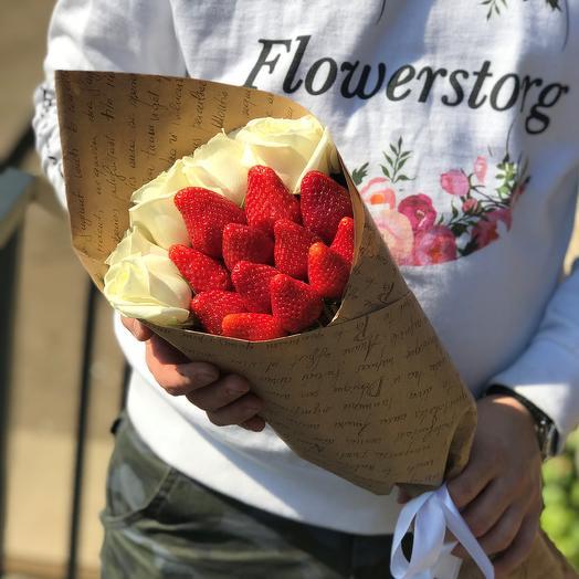 Букет комплимент. Белая Роза. Клубника. N437: букеты цветов на заказ Flowwow