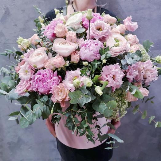 Роскошная композиция с ранункулюсами и пионами в шляпной коробке: букеты цветов на заказ Flowwow