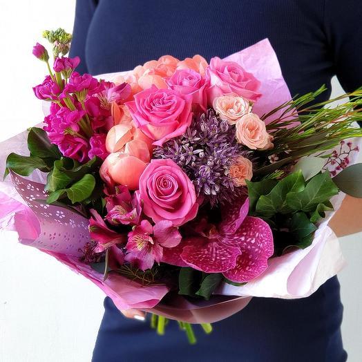 Яркий букет из роз и маттиолы