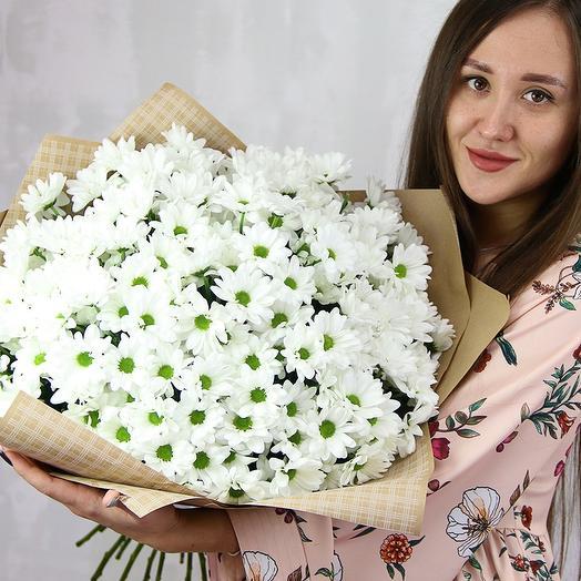 Букет из 25 белых кустовых хризантем Бакарди в стильной упаковке
