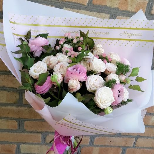 Букет из пионовидной кустовой розы и рпнункулюсов