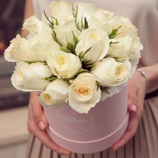 White Kenyan roses in a hatbox