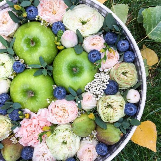 Цветы в коробке с фруктами