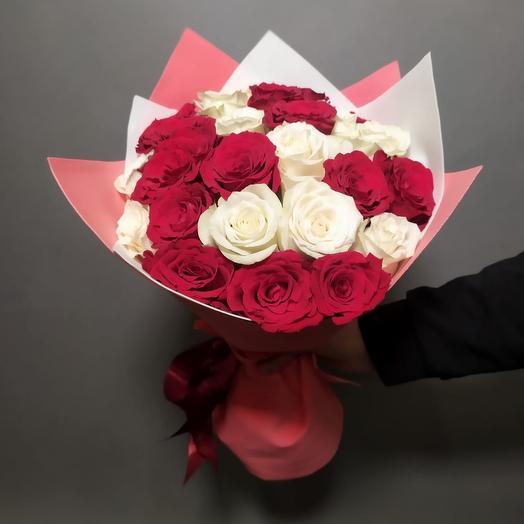 Букет 25 роз микс красная и белая роза
