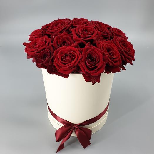 19 красных роз в шляпной коробке