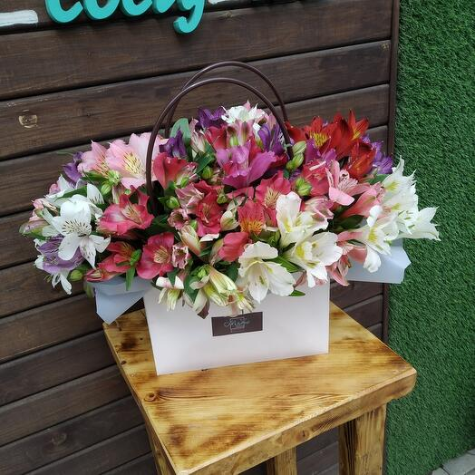 Цветы в коробке Альстромерия