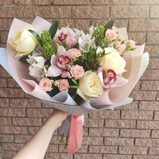 Нежный стильный букет с пионовидными розами и орхидеями